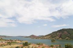 Lago Salagou con le rocce rosse, Hérault, Linguadoca-Rossiglione, Francia Fotografia Stock