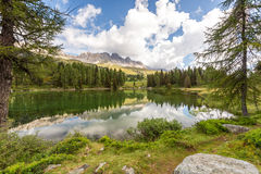 Lago San Pellegrino, dolomías, Italia Imagen de archivo