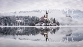 Lago sangrado com a igreja do St Marys da suposição na ilha pequena - sangrada, Eslovênia, Europa imagens de stock royalty free