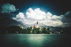 Lago sangrado con el graduado medieval de Blejski del castillo, Eslovenia fotografía de archivo libre de regalías