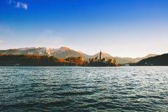 Lago sangrado con la isla con la iglesia católica, el castillo y las montañas fotos de archivo