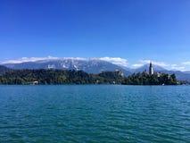 Lago sangrado con Mountain View asombroso Imagen de archivo