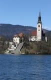 Lago sangrado en Eslovenia con la iglesia Foto de archivo libre de regalías