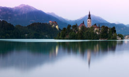 Lago sangrado en la luz de la tarde, Eslovenia Imagenes de archivo