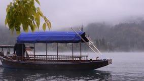 Lago sangrado Iglesia de la isla almacen de metraje de vídeo