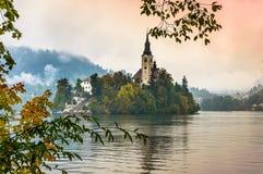 Lago sanguinato in autunno, Slovenia Lago mountain con la piccola isola, la chiesa ed il cielo variopinto Fotografia Stock Libera da Diritti