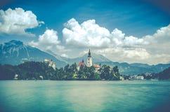 Lago sanguinato con il laureato medievale di Blejski del castello, Slovenia Immagine Stock