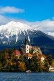 Lago sanguinato con neve sulle montagne in autunno Fotografia Stock Libera da Diritti