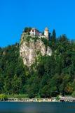 Lago sanguinato di cui sopra del vecchio castello medievale in Slovenia Fotografia Stock