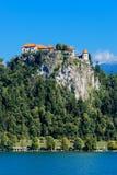 Lago sanguinato di cui sopra del vecchio castello medievale in Slovenia Fotografie Stock