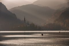 Lago sanguinato nel tramonto con la barca Immagini Stock