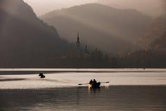Lago sanguinato nel tramonto con la barca Immagine Stock