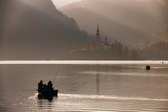 Lago sanguinato nel tramonto con la barca Immagini Stock Libere da Diritti