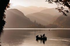 Lago sanguinato nel tramonto con la barca Fotografia Stock
