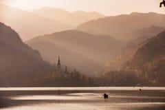 Lago sanguinato nel tramonto con la barca Fotografia Stock Libera da Diritti