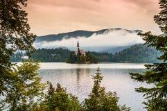 Lago sanguinato Slovenia Lago mountain con la piccola isola, la chiesa ed il cielo colourful, alba stilizzata Fotografia Stock