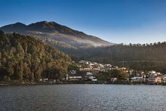 Lago Sarangan no dia claro imagens de stock royalty free