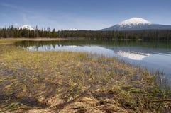 Lago saturato color vicino alla gamma Hori della cascata dell'Oregon del celibe di Mt. Immagini Stock Libere da Diritti