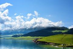 Lago Sayram no céu azul Imagens de Stock Royalty Free