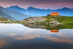 Lago sbalorditivo con il tramonto magico, Fagaras, Carpathians, la Transilvania, Romania, Europa del ghiacciaio Immagine Stock