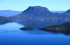 Lago scenico, Cina Lugu Immagini Stock