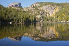 Lago scenico mountain nella caduta Immagine Stock
