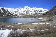Lago scenico nelle montagne delle alpi, Svizzera Immagine Stock Libera da Diritti