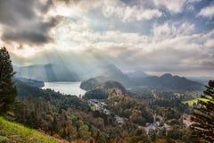 Lago Schwangau nelle alpi contro il tramonto, Germania della Baviera Fotografia Stock