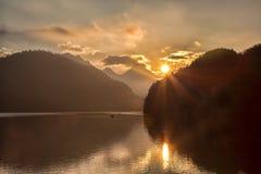 Lago Schwangau nelle alpi contro il tramonto, Germania della Baviera Fotografie Stock