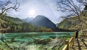 Lago scintillante alla valle di Shuzheng di Jiuzhaigou, Cina Immagine Stock