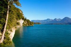 Lago, scogliere e montagne Wolfgangsee immagini stock libere da diritti