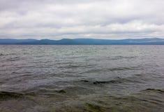 Lago scuro dell'acqua Piccole onde del mare delle strutture Fotografia Stock Libera da Diritti