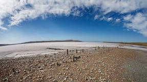 Lago seco debajo del cielo azul Fotografía de archivo libre de regalías