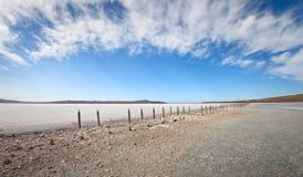 Lago seco debajo del cielo azul Fotos de archivo libres de regalías