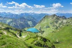 Lago Seealpsee nos cumes de Allgau Imagem de Stock