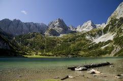 Lago Seebensee e pico de Dragonkopf Fotos de Stock Royalty Free