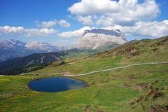 Lago, Seiser Alm Alpe di Siusi, Tirol do sul, Itália imagem de stock royalty free
