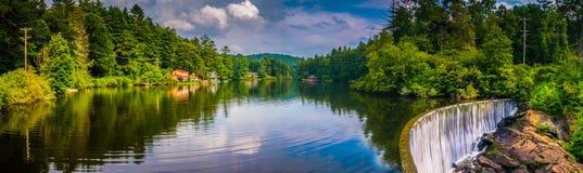 Lago Sequoyah e uma represa nas montanhas, North Carolina imagem de stock
