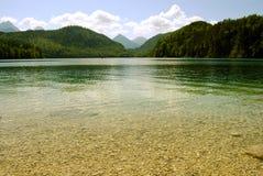 Lago sereno de la montaña con agua transparente Imagenes de archivo