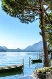 Lago sereno lugano del verano de las vacaciones rodeado por las colinas en Morcote Imágenes de archivo libres de regalías