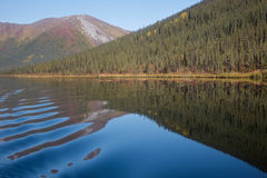 Lago sereno mountainside Imagens de Stock Royalty Free