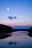Lago sereno no crepúsculo Foto de Stock Royalty Free