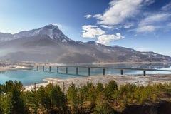 Lago Serre Poncon con il ponte di Savines nell'inverno Alpi, Francia Fotografie Stock