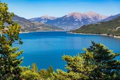 Lago Serre-Poncon di estate Alpi francesi, Hautes-Alpes, Francia Fotografie Stock