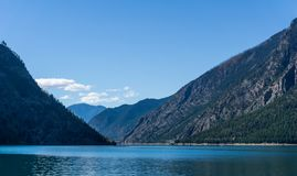 Lago Seton vicino alle alte montagne del Canada della Columbia Britannica di Lillooet con cielo blu Immagine Stock