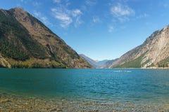 Lago Seton vicino alle alte montagne del Canada della Columbia Britannica di Lillooet con cielo blu Immagini Stock