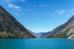 Lago Seton vicino alle alte montagne del Canada della Columbia Britannica di Lillooet con cielo blu Fotografie Stock