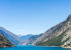 Lago Seton vicino alle alte montagne del Canada della Columbia Britannica di Lillooet con cielo blu Immagini Stock Libere da Diritti