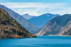 Lago Seton vicino alle alte montagne del Canada della Columbia Britannica di Lillooet con cielo blu Fotografia Stock Libera da Diritti