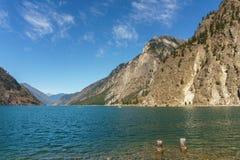 Lago Seton vicino alle alte montagne del Canada della Columbia Britannica di Lillooet con cielo blu Fotografia Stock